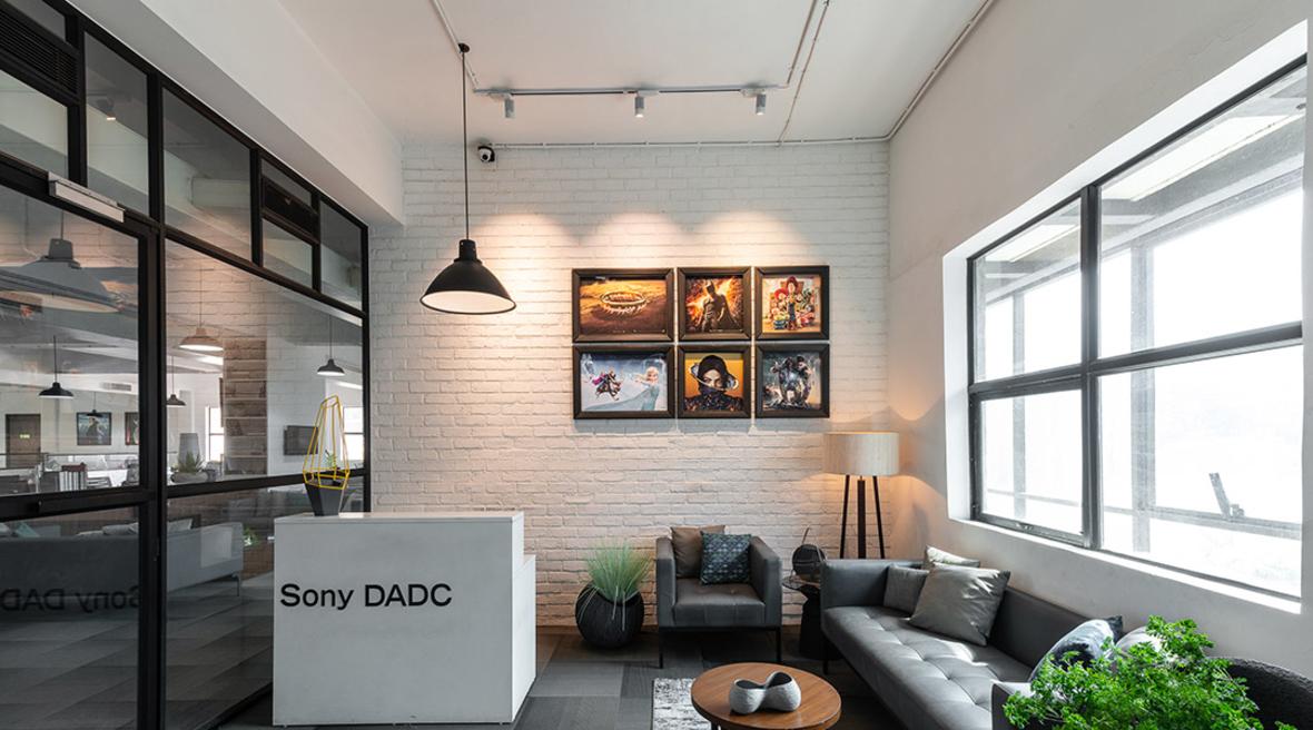 A modern and elegant workspace by Ashleys