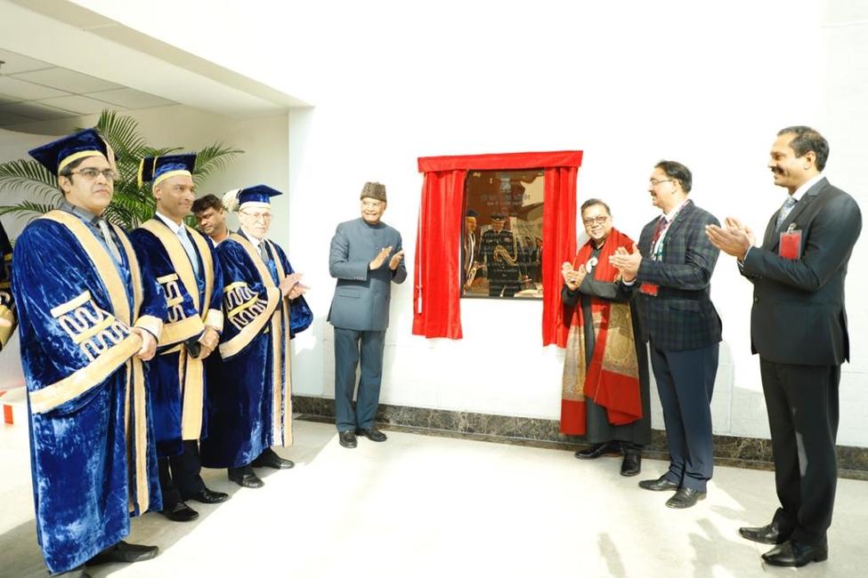 President Ram Nath Kovind unveils Satish Gupta's Roaring Sea — Still Mind